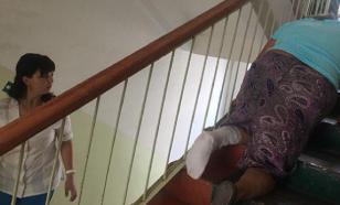 Провинциальные врачи заставили бабушку с переломом ползти три этажа