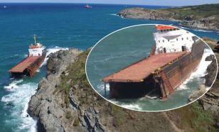 В проливе Босфор грузовой корабль разломился пополам