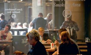 Работодателям в России предложили сократить зарплату курящим работникам