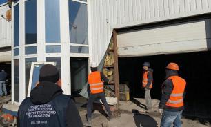 В Петербурге снесли автомойку и офис продаж недвижимости