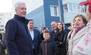 """Новоселов по реновации после 40 лет жизни в """"хрущевке"""" поздравил Собянин"""