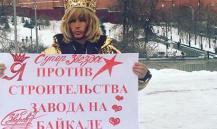 Стилист и певец Зверев вышел на протест к Кремлю в короне