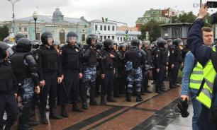 Полиция задерживает митингующих, которые двигаются по Старой площади