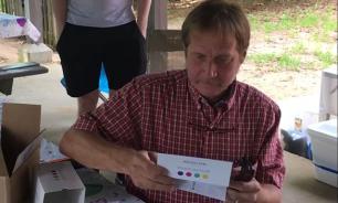 Пользователей Сети расстрогало видео с мужчиной, впервые за 50 лет увидевшим мир в цвете
