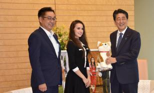 Фигуристка Загитова подарила премьер-министру Японии плюшевую собаку