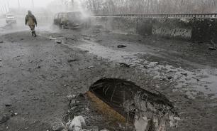 Поселок Спартак в ДНР горит после минометного обстрела