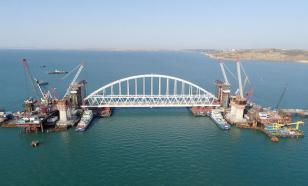 Шеститысячетонную арку крымского моста к месту установки доставили буксиры