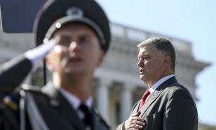 Во время речи Порошенко снова упал солдат
