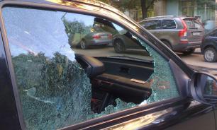 На юге Москвы прохожие освободили запертого в автомобиле ребенка, разбив стекло