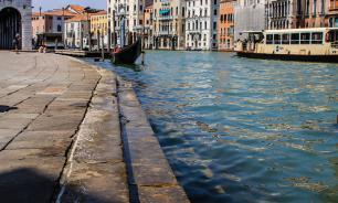 Туристов в Венеции оштрафовали за купание в канале голышом