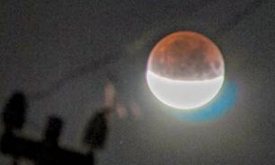 """В соцсетях публикуют фото """"кровавой"""" Луны в период затмения"""