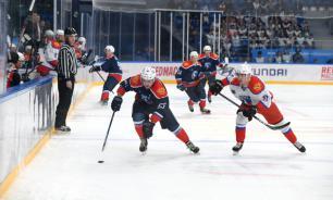 Красноярский болельщик выхватил клюшку у канадского хоккеиста и унес с собой