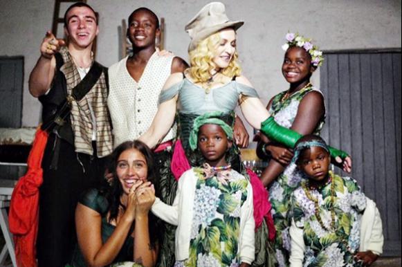 Мадонна снялась со своими шестью детьми в честь 59-летия