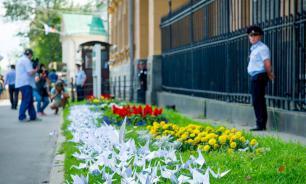 К посольству США в Москве принесли бумажных журавликов в память о погибших в Хиросиме