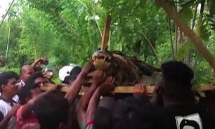 Необычный улов: жители Шри-Ланки поймали пятиметрового крокодила