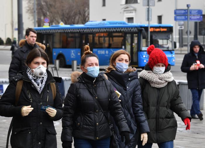 """""""Люди выйдут на улицы"""": почему власти РФ не спешат с карантином"""