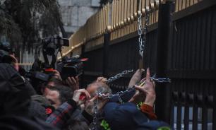 Символами грузинских протестов против власти стали цепь и замок