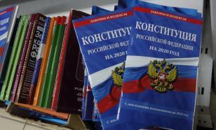 Конституцию будут вручать вместе с первым паспортом