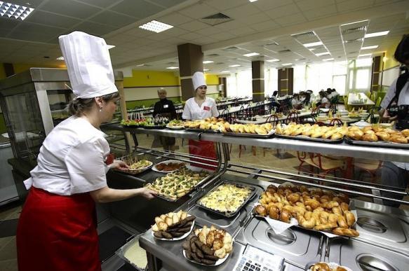 Путин предложил увеличить охват детей бесплатным питанием в школах