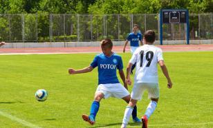 Хорватского футболиста удалили с поля за пинок курицы