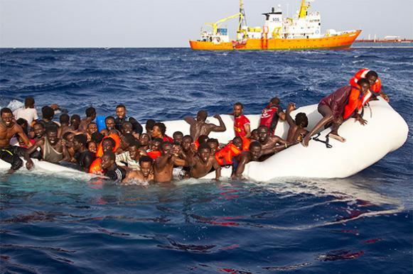 Африканские беженцы высадились на испанском пляже, перепугав отдыхающих