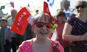 На первомайскую демонстрацию в Москве вышли сто тысяч человек