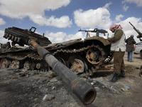 Повстанцы в Ливии заявляют, что перекрыли нефть на НПЗ Каддафи.