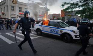В Сиэтле и Портленде протестующие напали на полицейские участки