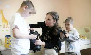Детей, которых бросил отец в Шереметьеве, передали бабушке
