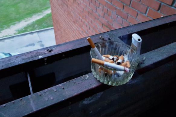 Житель Челябинской области подал в суд на соседку за курение на балконе