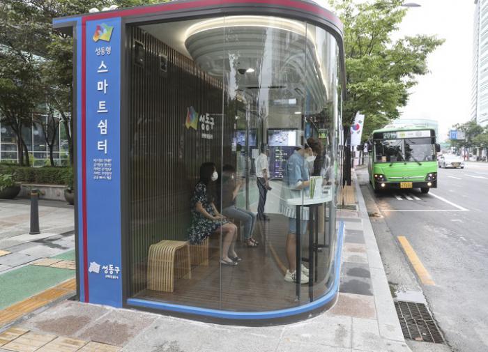 """В Азии строят """"умные остановки"""" с датчиками температуры и УФ-лампами"""