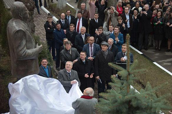 Забронзовел:  Жириновского в честь 70-летия увековечил Церетели
