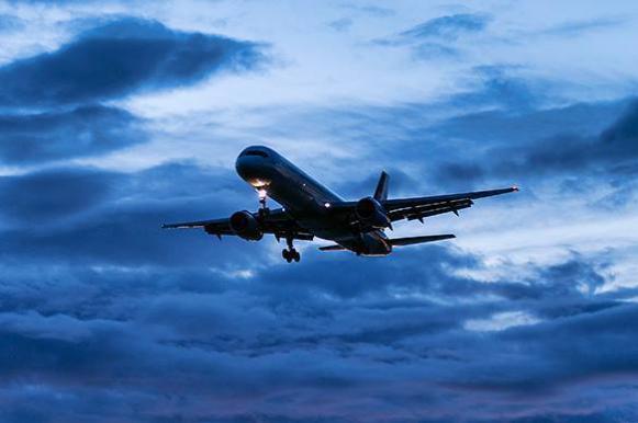 Необычное зрелище: туристы сняли посадку самолета рядом со смерчами