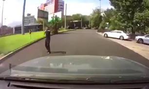Бесстрашная девушка случайно сняла террориста в Алма-Ате. ВИДЕО