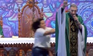 В Бразилии девушка столкнула пастора со сцены прямо во время мессы