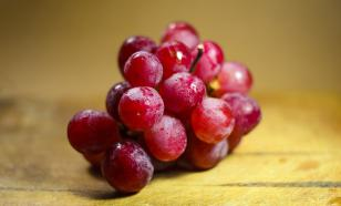 Яблоки и красный виноград нужно есть с кожурой, рекомендует проктолог