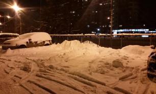 В Оренбурге тротуарную плитку укладывают на заснеженную землю
