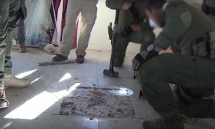 В Мексике нашли тоннель с тайниками для хранения наркотиков, алкоголя и пыточным столом