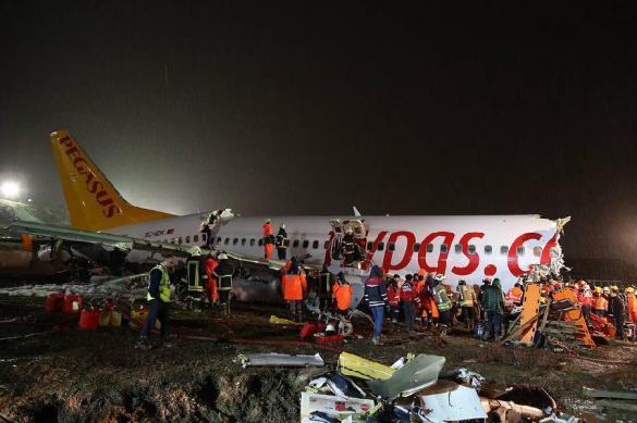 Турецкий самолет совершил жесткую посадку. Есть жертвы