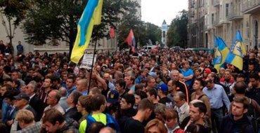 Киевляне пришли к мэрии поговорить с Кличко о тарифах на проезд. Их встретила нацгвардия