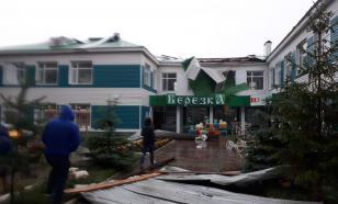 Бушующий ветер повалил строительный кран и сорвал крышу детского сада