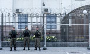 Нацисты обстреляли российское посольство в Киеве из ракетницы