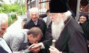 В России запретили целовать иконы и руки священников из-за коронавируса