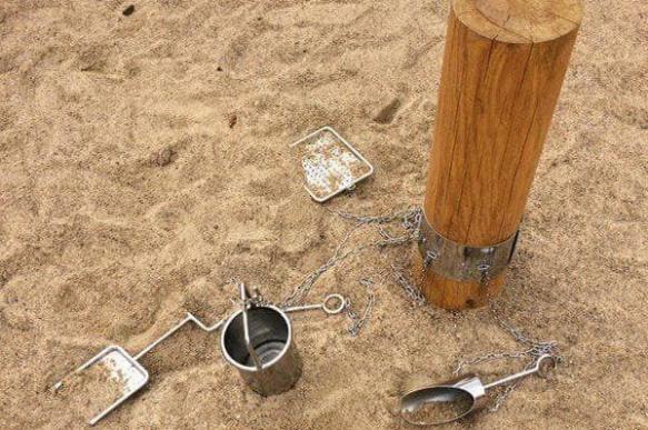 В минской песочнице приковали игрушки цепями