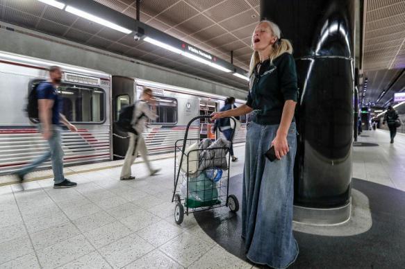 Спевшей в метро Лос-Анджелеса эмигрантке из России предложили контракт