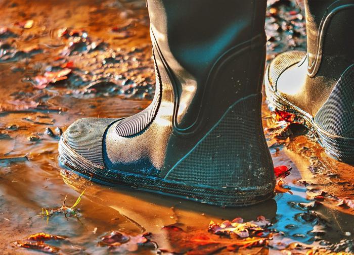 Дерматолог рассказала об опасности дождевиков и резиновых сапог