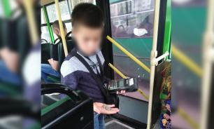 В Екатеринбурге 7-летний мальчик работает кондуктором автобуса