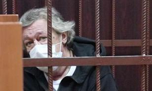 """Ефремову в суд вызвали """"скорую"""". Заседание задерживается"""