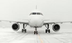 """Ураганный ветер развернул огромный """"Боинг"""" в аэропорту. ВИДЕО"""