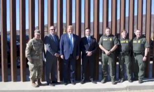 Трамп оставил на поссорившей США стене на границе с Мексикой автограф